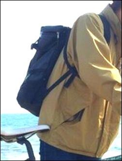 タウンユース 街中 ザノースフェイス プロヒューズボックス NM81452 リュック リュックサック デイパック バックパック ナップサック ザック コーディネート コーデ 服装 合せ方 合わせ方 あわせ方 参考 例 サンプル 説明 文章 記事 男性 黄色 ジャンパー コート カジュアル 格好