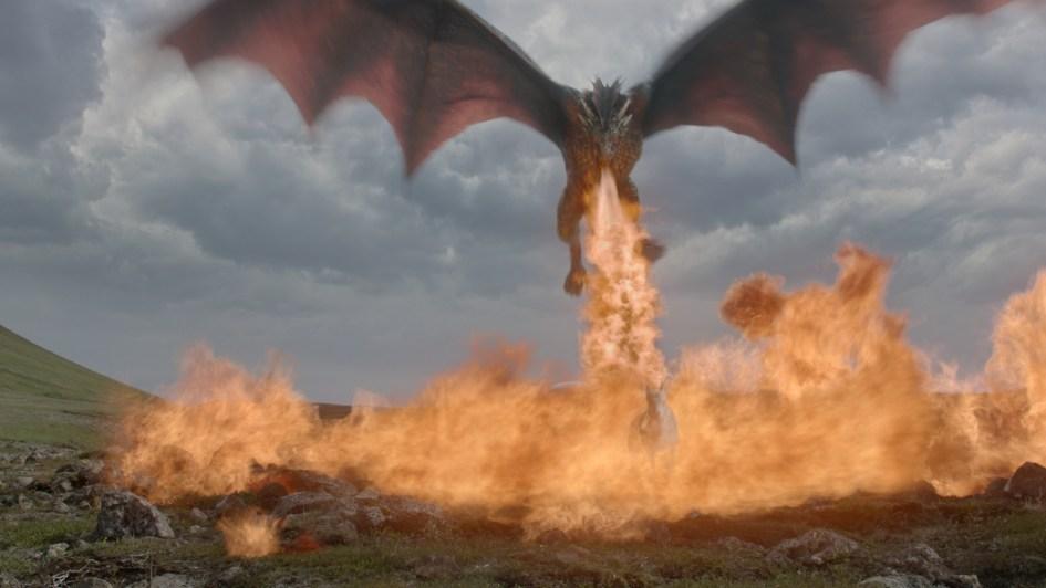 Drogon echando fuego por la boca en Juego de Tronos