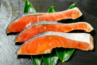 鮭(サーモン)のカロリーや糖質量は?切り身一切れは? | 糖質制限カロリー
