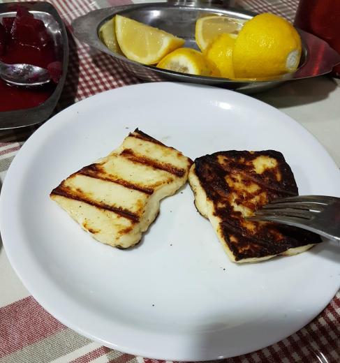 Informacje praktyczne o Cyprze - grillowany ser halloumi