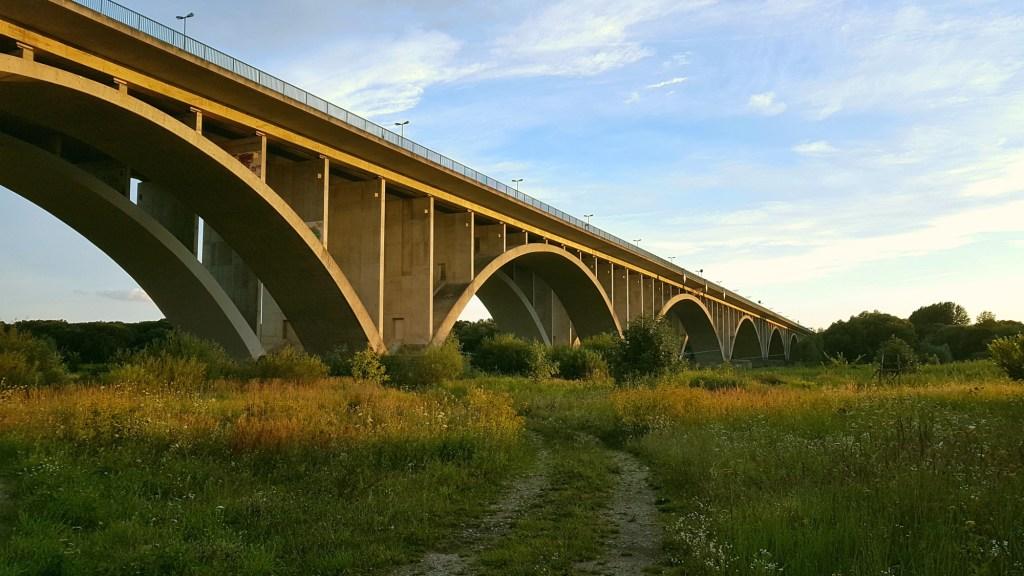 Szlak rowerowy wzdłuż rzeki Odry - most graniczny w pobliżu Świecka