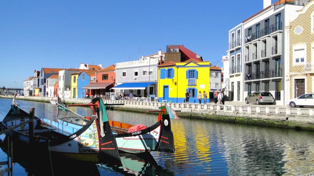 Zwiedzanie ciekawych miejsc w Aveiro - łodzie Moliceiros