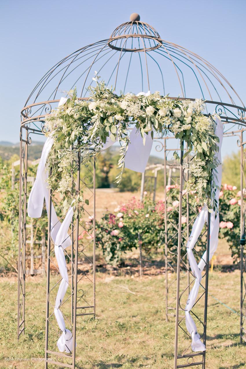 arche cérémonie laïque, mariés, officiant, décorations florales