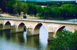 Spanien Toro romanische Duero-Bruecke (1)