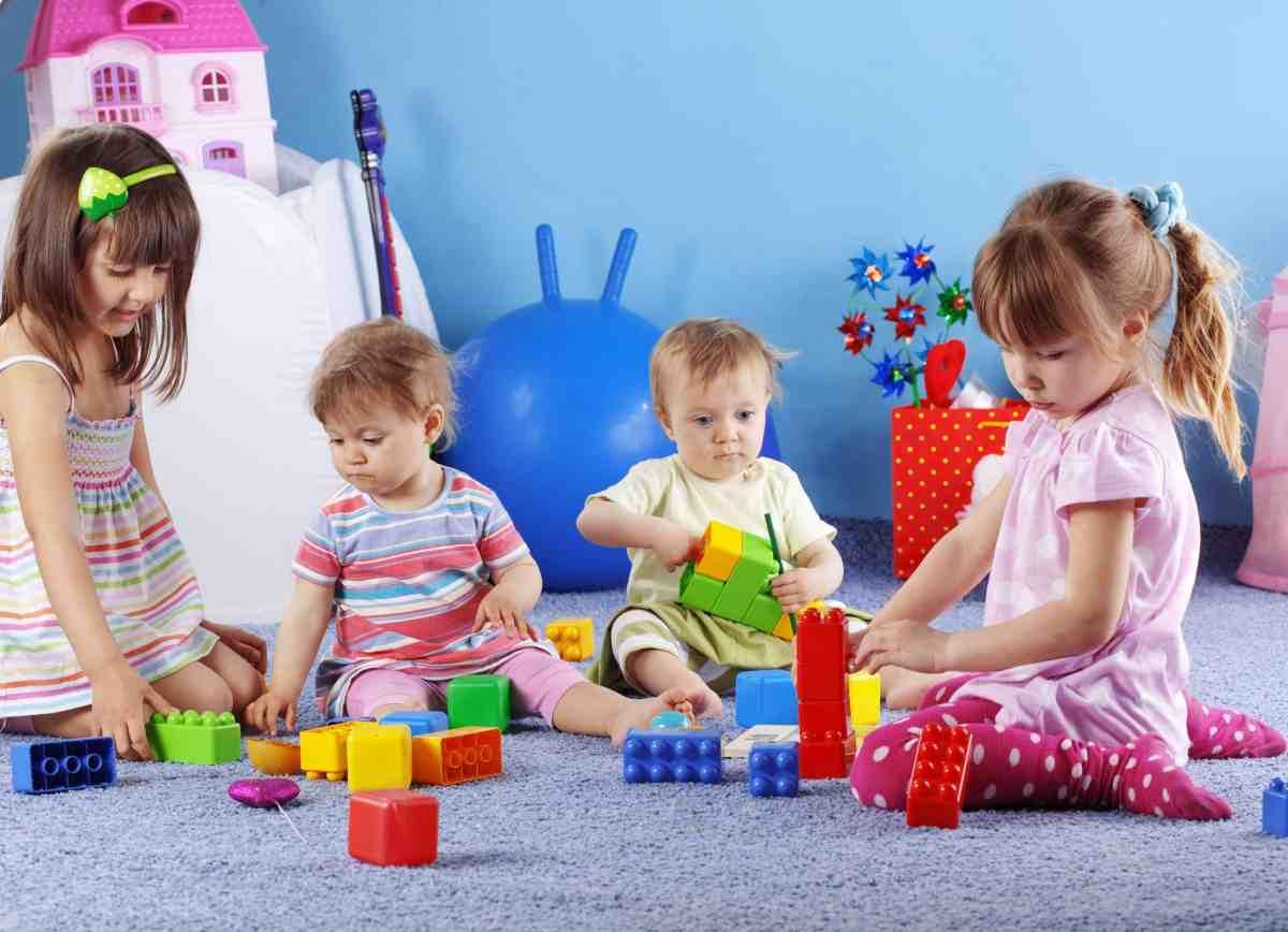 Fie că se joacă singur sau cu alții, jocul este extrem de benefic pentru copil