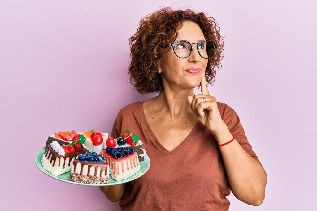 Attraktive Frau bringt Kuchen für ihren Ex-Mann