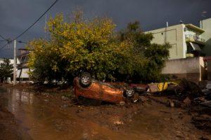 Αναποδογυρισμένο αυτοκίνητο μετά από πλημμύρα