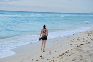 浜辺の足跡の女の子