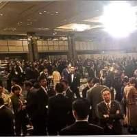【法律違反の恐れ】「桜を見る会」菅氏「総理と夫人が会費を払っていないのは食事をしていないから」⇒しかし、朝日新聞の写真では・・