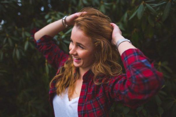 Dziewczyna w koszuli w kratkę uśmiechnięta
