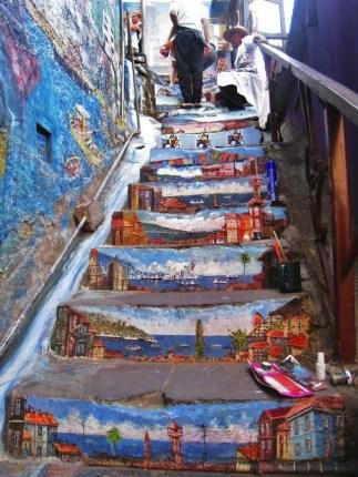 arte callejero en las escaleras de valparaiso, chile