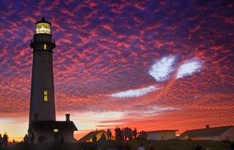 una ballena se dibuja entre las nubes