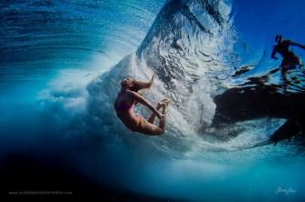 mujer se cae mientras practica surf