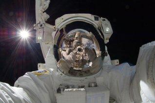 astronauta realizando un autorretrato para twitter