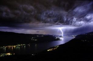 tormenta electrica en el lago orta