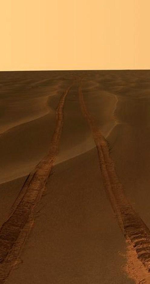 las huellas del rover en el mar de arena que existe entre el cráter Endurance y Victoria, en medio de las planicies Meridiani