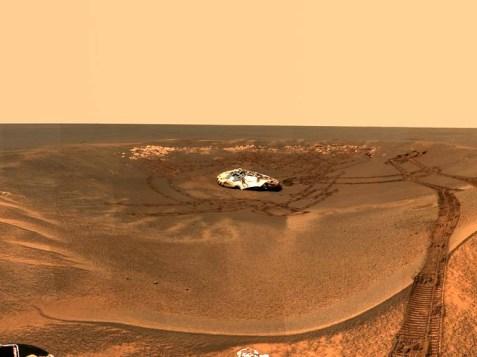 el 9 de octubre de 2009 el Opportunity fotografió sus huellas alejándose de su lugar de aterrizaje