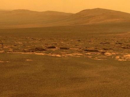 Rover Opportunity fotografía la ladera oeste del cráter Endeavour. Muy similar al paisaje que se puede apreciar en el desierto de atacama.