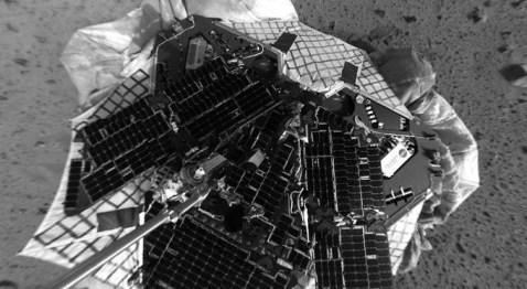 El mars rover Spirit toma la primera Selfie marciana de la historia. Fue el 4 de enero de 2004, el día de su exitoso aterrizaje.