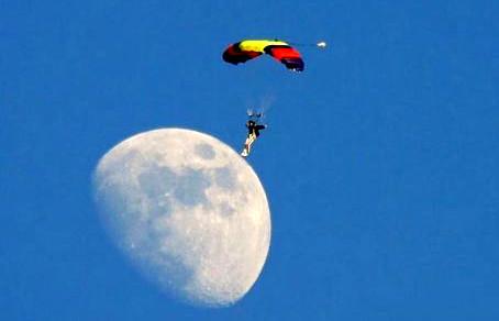 el primer paracaidista en pisar la luna
