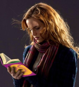 hermione-harry-potter-lee-libro-orbis