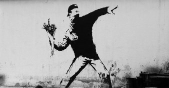 banksy-grafiti-protestante-lanza-bomba-flores