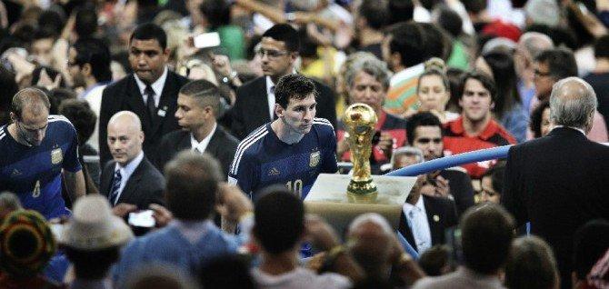 Messi observa la copa del Mundial de Fútbol