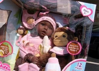juguete-muñeca-racista-negra-mono-banana