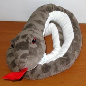 peluche-serpiente-gris-1