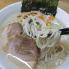 ちぢれ麺に絡む背脂とニンニクが効いた豚骨ダシベーススープの銘店伝説中華そばホープ軒本舗(アイランド食品)