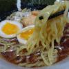 本醸造醤油・自家製ガラだし使用の濃厚なスープと北海道産小麦使用のもっちりちぢれ麺(マルちゃん=東洋水産)