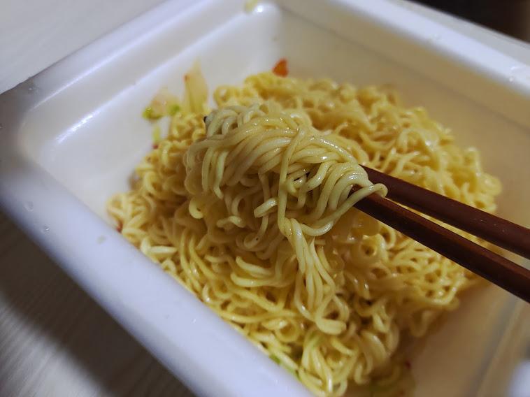瀬戸内レモン農園レモスコ塩焼きそば(サンヨー食品)は広島の調味料レモスコを使用した酸味と辛みのきいた塩焼そばです