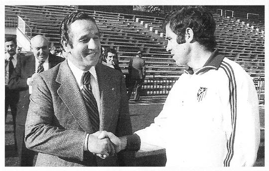 Juan Carlos Lorenzo el da la alternativa a Luis - 1974