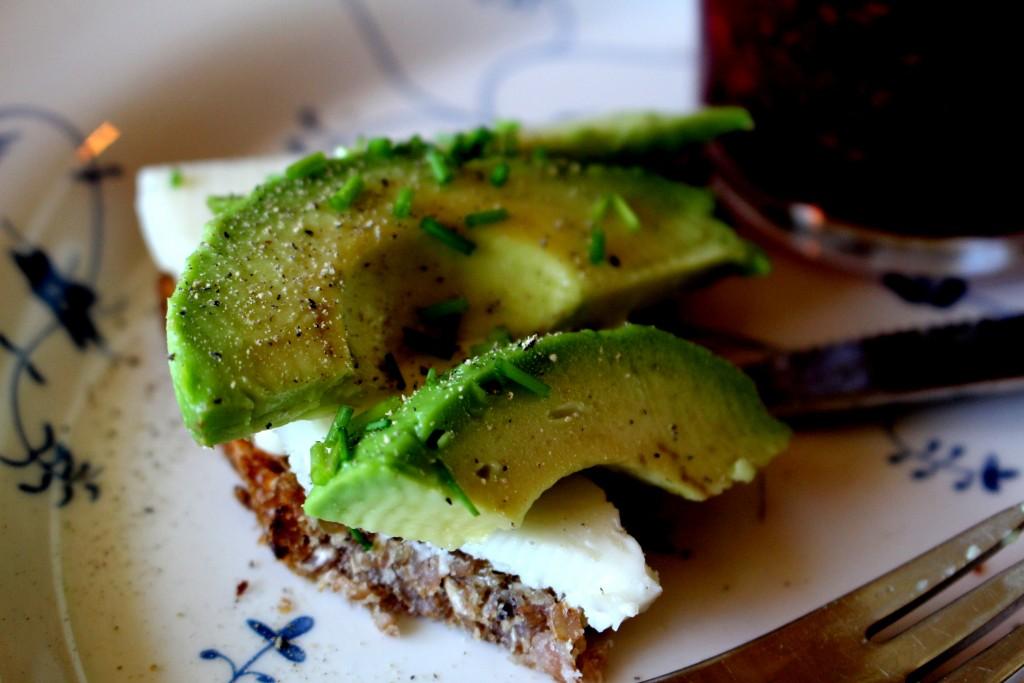 rugbrød med avokado og gedeost
