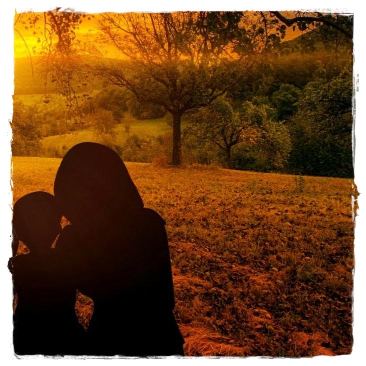 Imagen de una madre y su hiño viajando.