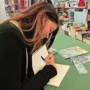 esta es una imagen de la escritora de novela romántica Mary Martín firmando libros de Pedacitos de mi - miniTEXTOS