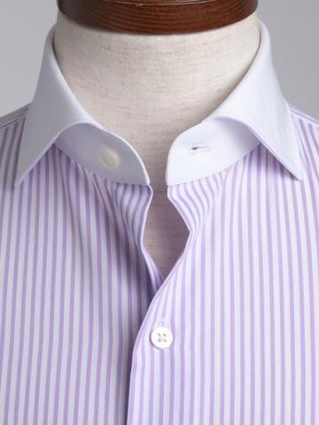 襟とカフス部分が白生地になっているクレリッシャツ、身頃がパープルストライプの優しい色合い