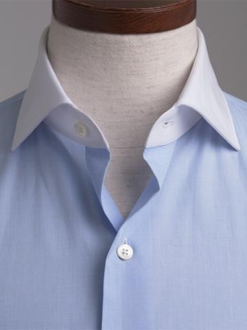 襟とカフス部分が白生地になっているクレリッシャツ、ネクタイを選ばないレリックシャツ