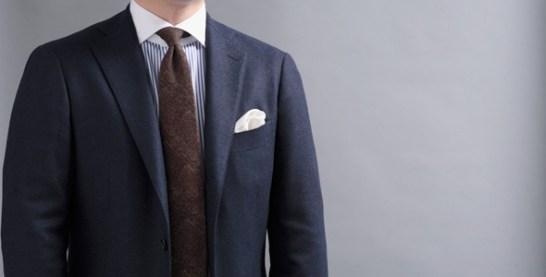 ブラウンのネクタイを合わせて
