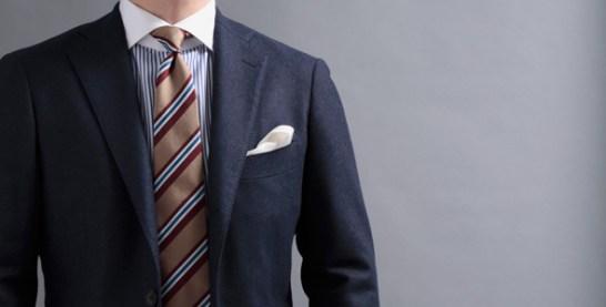 クレリックシャツコーディネート、ネイビーのジャケットにボルドー差し色の個性的なタイ