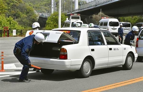 広島県尾道市・向島で続く車両の検問=16日