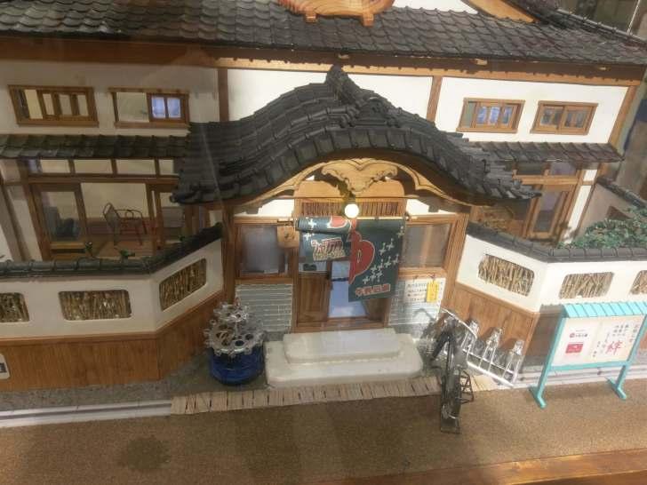 見事に再現された宮造りの銭湯の模型
