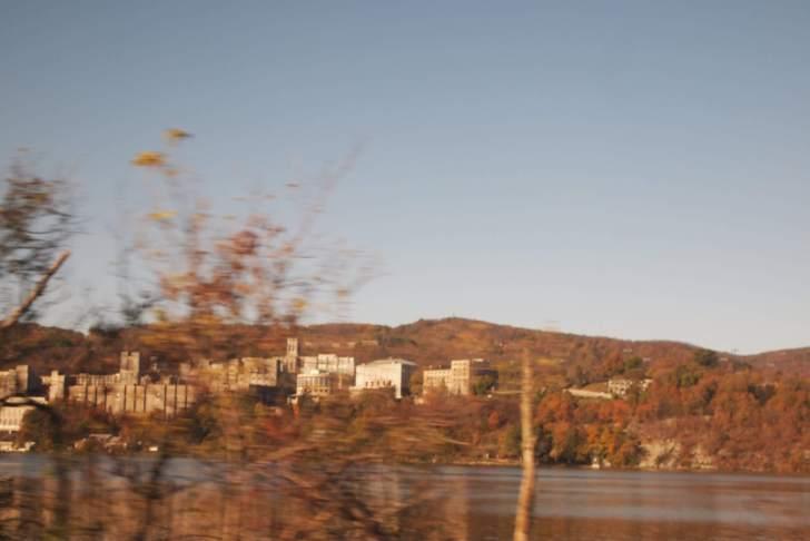 あまりに美しいハドソン川の紅葉。アムトラックからの車窓。