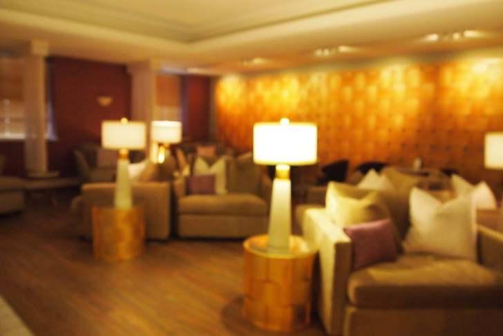 大型ソファとおしゃれな照明で落ち着く雰囲気