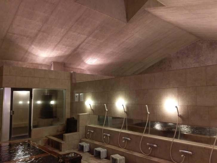 シックな雰囲気の蓬莱湯の浴室