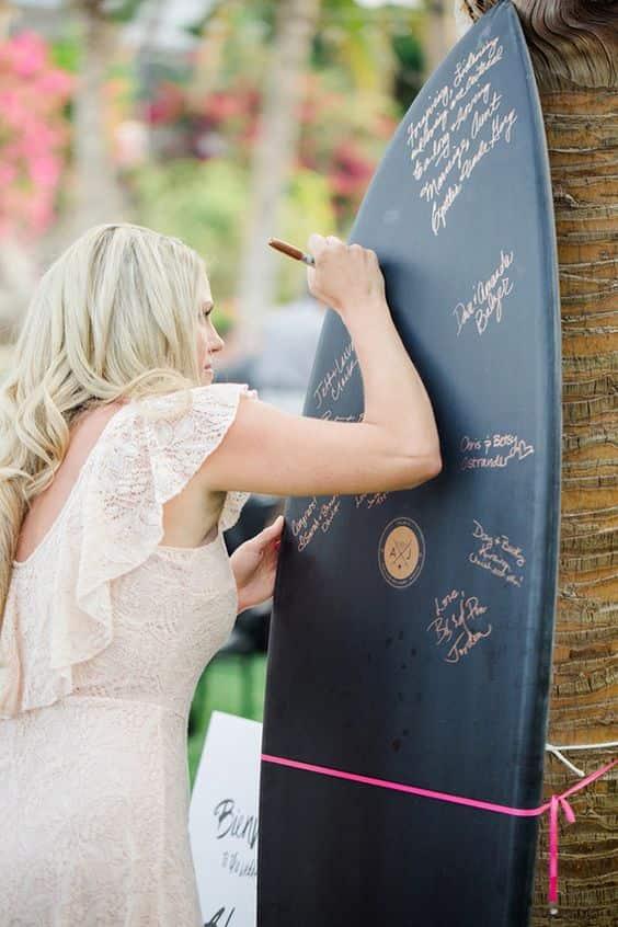 Decoración boda hawaiana. libro de visitas de la tabla de surf