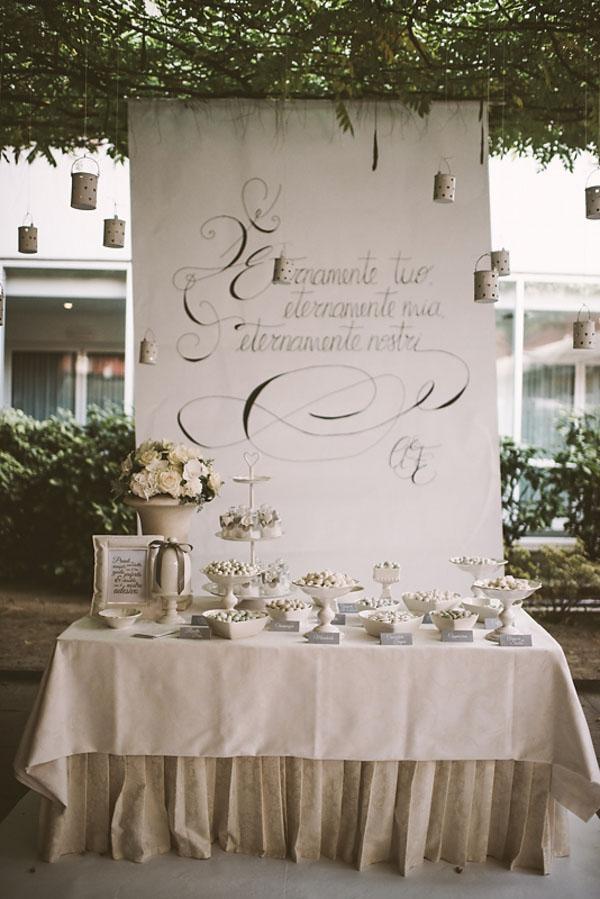 mesa dulce con fondo caligráfico