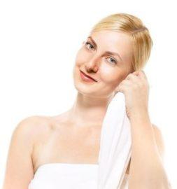 タオルを持つ外国人モデル [モデル:クセニヤ]