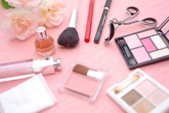 女性の化粧品セット(マスカラ・アイシャドーなど)