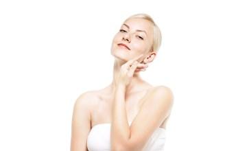 透き通る肌を強調する女性(美容・エステ) [モデル:クセニヤ]